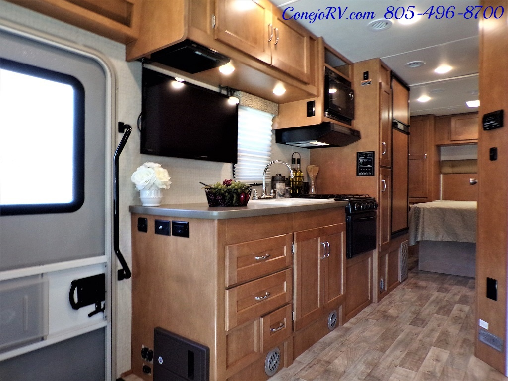 2017 Winnebago Minnie Winnie 27Q Ford E-450 Slide Out - Photo 7 - Thousand Oaks, CA 91360