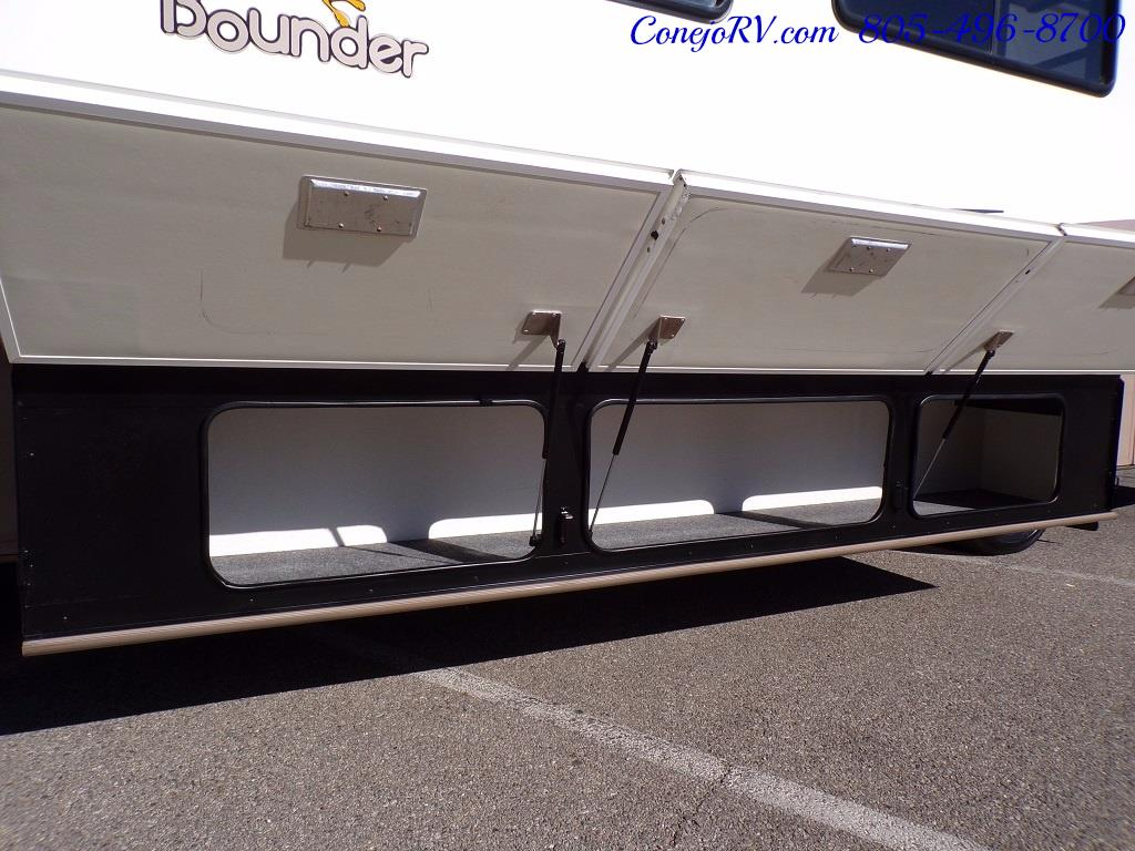 2001 Fleetwood Bounder 33R Double Slide Outs - Photo 37 - Thousand Oaks, CA 91360