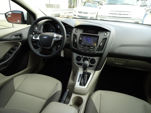 2012 Ford Focus SE - Photo 12 - Cincinnati, OH 45255