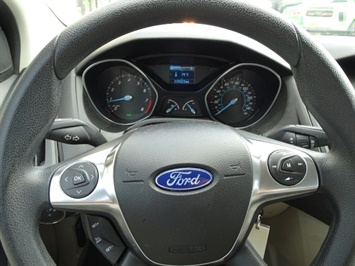 2012 Ford Focus SE - Photo 15 - Cincinnati, OH 45255
