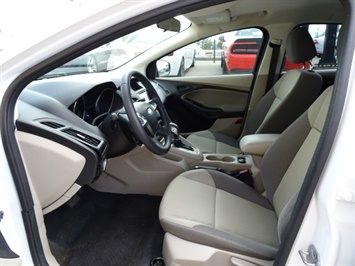2012 Ford Focus SE - Photo 7 - Cincinnati, OH 45255