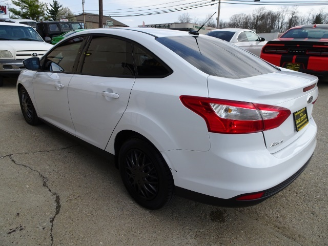 2012 Ford Focus SE - Photo 11 - Cincinnati, OH 45255