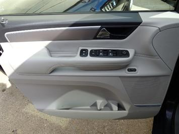 2009 Volkswagen Routan SEL Premium CARB - Photo 24 - Cincinnati, OH 45255