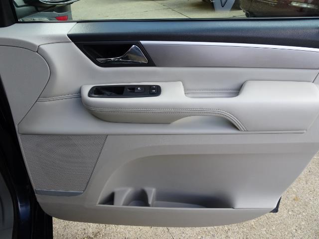 2009 Volkswagen Routan SEL Premium CARB - Photo 25 - Cincinnati, OH 45255