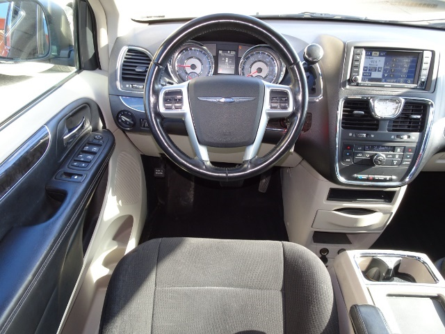 2011 Chrysler Town & Country Touring - Photo 6 - Cincinnati, OH 45255