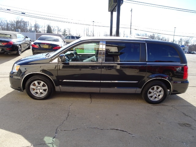 2011 Chrysler Town & Country Touring - Photo 10 - Cincinnati, OH 45255