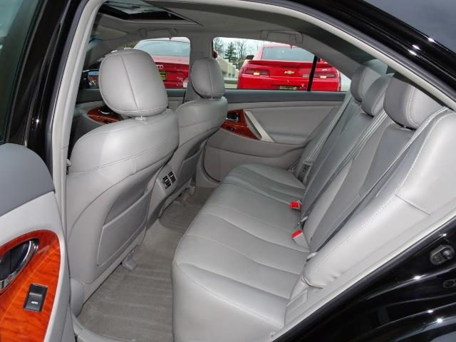 2011 Toyota Camry XLE V6 - Photo 8 - Cincinnati, OH 45255