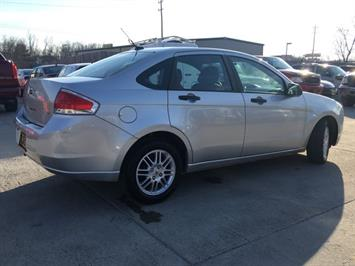2010 Ford Focus SE - Photo 13 - Cincinnati, OH 45255