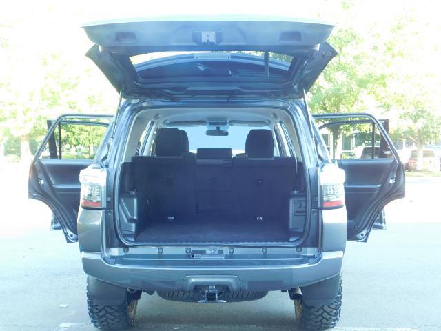 2016 Toyota 4Runner SR5 / 4WD / Navi / Backup Camera/ LIFTED LIFTED - Photo 21 - Portland, OR 97217