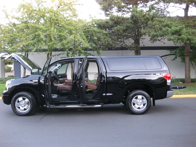 2007 Toyota Tundra LIMITED Double Cab 4X4 / Leather / Canopy