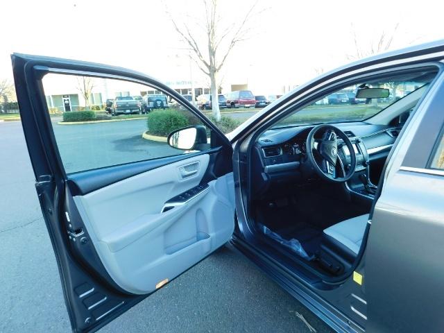 2017 Toyota Camry SE / 4DR Sedan / Backup camera / ONLY 14K MILES - Photo 13 - Portland, OR 97217