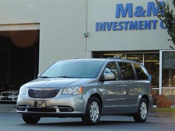 2016 Chrysler Town & Country Touring Edition / Leather / Backup / DVD/ 1-OWNER Minivan