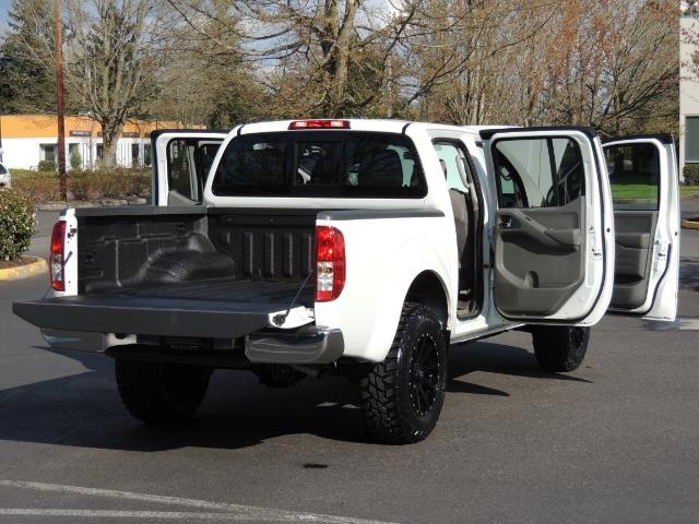 2016 Nissan Frontier SV / 4X4 / Crew Cab / 6Cyl / LIFTED LIFTED - Photo 28 - Portland, OR 97217