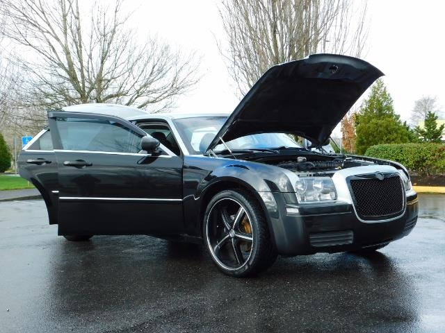 "2007 Chrysler 300 Series Sedan / V6 2.7 L / 2-tone BLACK-SILVER / 22 "" RIMS - Photo 28 - Portland, OR 97217"