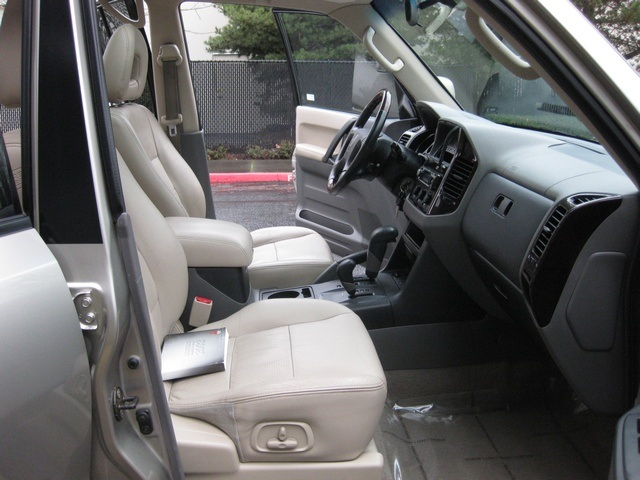 2002 Mitsubishi Montero Limited / 4WD / V6 / 3RD Seat / Leather / Loaded - Photo 22 - Portland, OR 97217