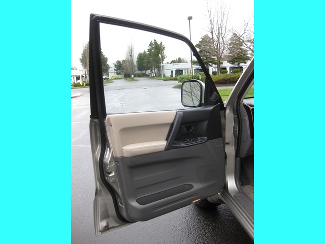 2002 Mitsubishi Montero Limited / 4WD / V6 / 3RD Seat / Leather / Loaded - Photo 18 - Portland, OR 97217