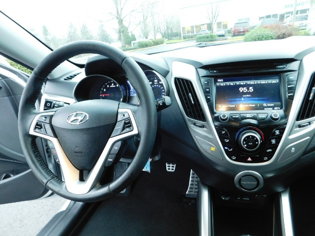2012 Hyundai Veloster 3 DR / HatchBack / 6-SPEED MANUAL / PANO ROOF - Photo 18 - Portland, OR 97217